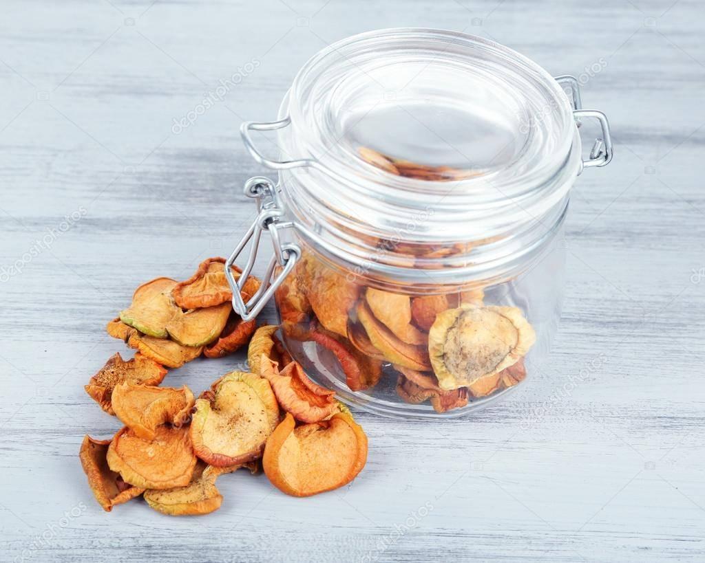 Как правильно хранить сушеные яблоки дома, чтобы не завелась моль